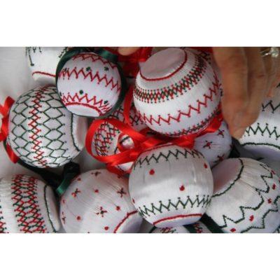 Petites boules de Noël blanches.