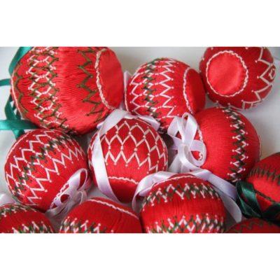Petites boules de Noël rouges.