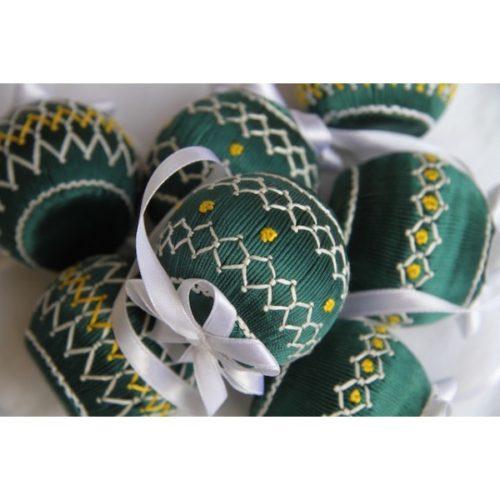 Petites boules de Noël vertes.